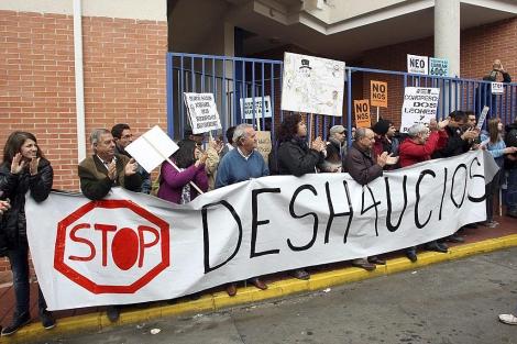 Miembros de 'STOP deshaucios' aplauden tras evitar un desalojo. | El Mundo