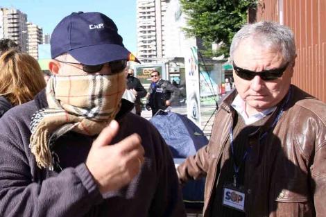 El policía cuya vivienda va a ser subastada con un representante del SUP. | Carlos Díaz