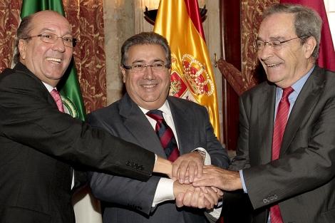 Los directivos de la Caixa Juan Regueras y Jaime Lanaspa sellan el acuerdo con el alcalde.