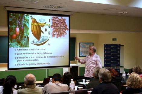 El doctor Francesc García durante la Semana Cultural dedicada al chocolate | UIB