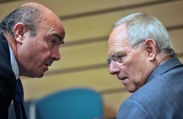 De Guindos (izq.), con el ministro alemán de Finanzas, Wolfgang Schäuble. | Reuters