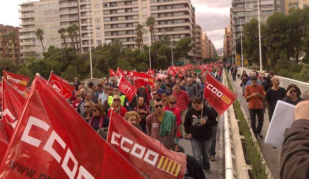 La manifestación, a su paso por el puente de Altamira. | E.M.