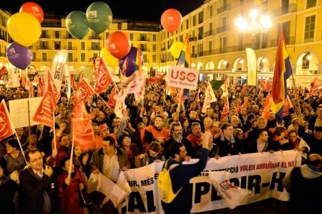 Manifestantes en la Plaza Mayor. | Foto: Alberto Vera
