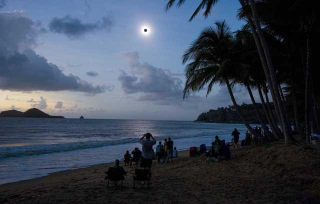 Un grupo de aficionados disfruta del eclipse en la playa Ellis de Queensland (Australia). | Efe