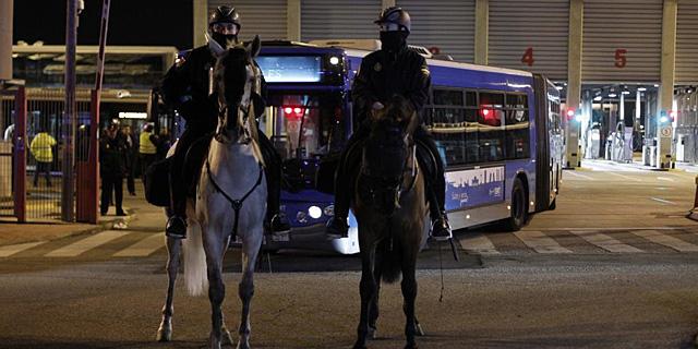 Agentes a caballo controlan la salida de los autobuses de la cochera de Carabanchel.   Javier Barbancho