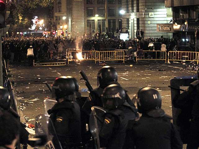 Policías frente a los manifestantes en Neptuno. | Foto: Efe [ÁLBUM DE LOS DISTURBIOS]