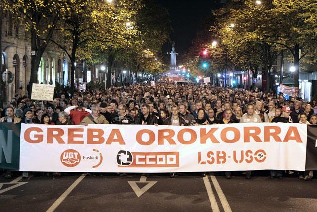 Manifestación de esta tarde en Bilbao por la huelga general. | Efe [ MÁS IMÁGENES]