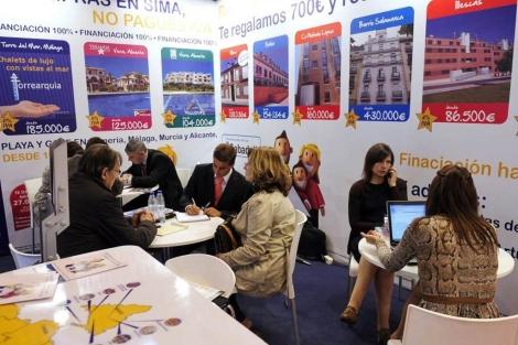 Varios visitantes piden información en un 'stand' en el Sima Otoño 2011. | Bernardo Díaz