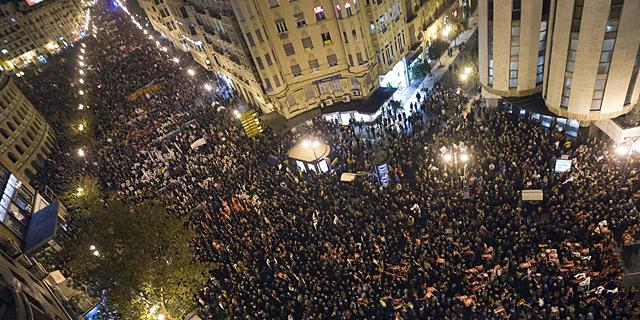 Miles de manifestantes en la confluencia de las calles Xàtiva y Colón. | Efe