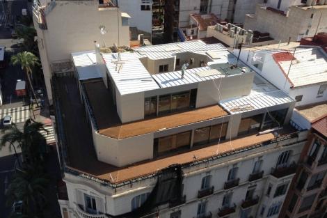 Vista aérea del ático prefabricado en la azotea de un edificio en Alicante. IMÁGENES | EM