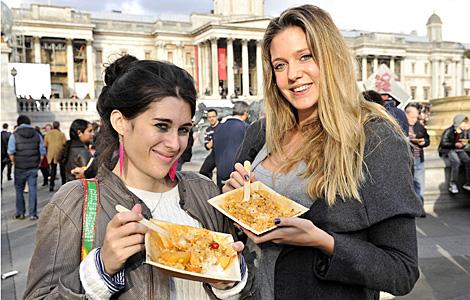 Dos jóvenes se alimentan de comida en buen estado desechada. | Feeding the 5.000