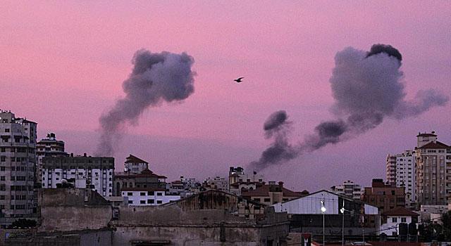 Columnas de humo en Gaza esta mañana. | Epa