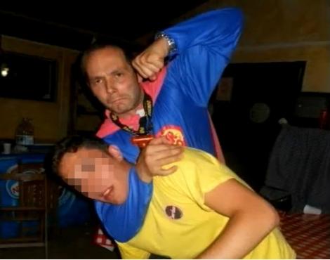 Rafael Prado, el pederasta detenido, bromeando con un chico en un campamento.