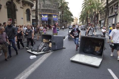 Varios contenedores volcados durante una manifestación en Valencia.   Benito Pajares