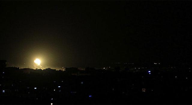 Edificio en llamas durante la madrugada en Rafa, al sur de la Franja de Gaza. | Afp