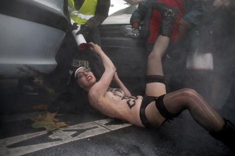 Las activistas se disfrazaron de monja y llevaban el pecho descubierto.| Afp