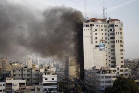 Humo en el edificio usado por los medios tras el ataque.  Reuters