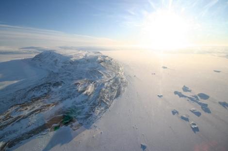 Imagen aérea desde el vuelo hacia Qaanaaq (Groenlandia). | A. Mahoney