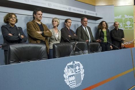 Los miembros de la Comisión de abusos policiales. |Iñaki Andrés