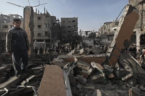 Un niño palestino camina entre escombros tras un bombardeo israelí. | Efe