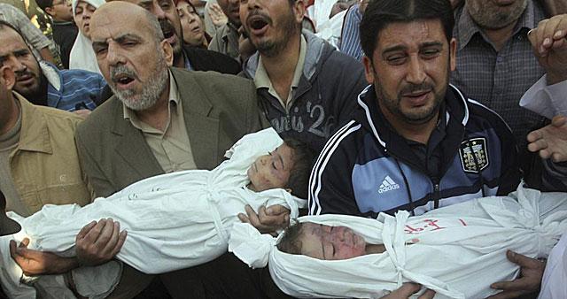 Palestinos trasladan los cuerpos sin vida de dos niños en Jabaliya (norte de Gaza). | Efe
