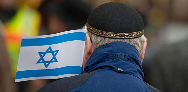 Un hombre con kipá y la bandera israelí en una manifestación pro-israelí en Berlín. | Efe