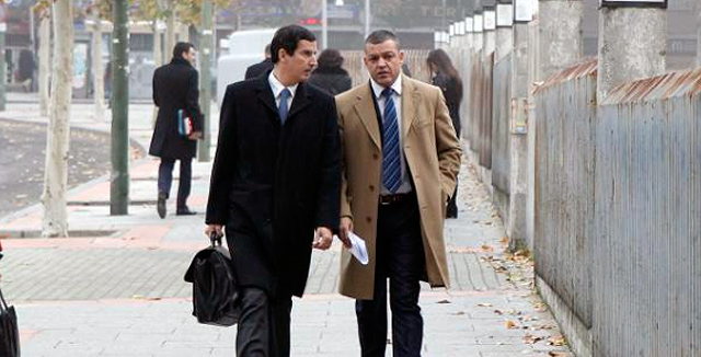 Flores (dcha), a su llegada a los juzgados.   Sergio González