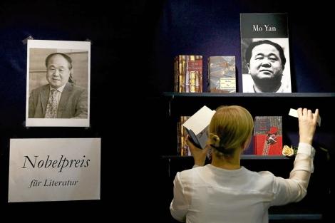 Un mural celebra el Nobel de Mo Yan en la Feria de Fránkfort. | Reuters