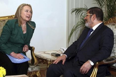 Hillary Clinton, junto a Mohamed Mursi en El Cairo.   Efe