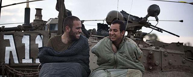 Soldados israelíes sonríen mientras montan guardia en la frontera con Gaza. | Afp