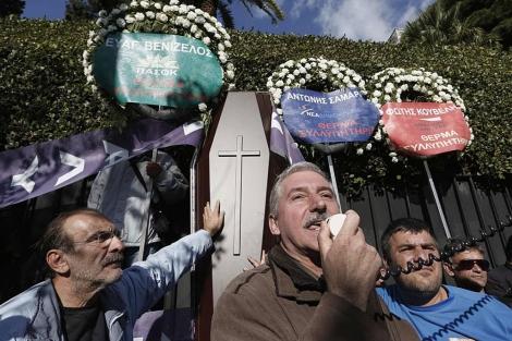 Funcionarios griegos se manifiestan contra el Gobierno en Atenas. | Reuters