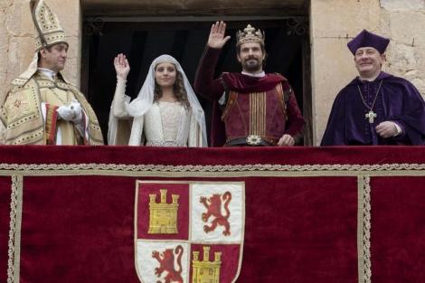 Isabel y Fernando saludan al pueblo de Castilla tras su boda. | RTVE