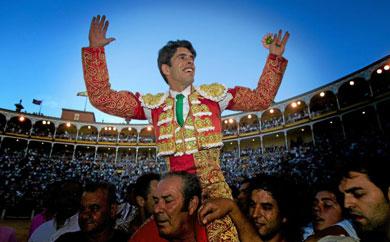 Alejandro Talavante sale por la Puerta Grande de Madrid. | Alberto Cuellar