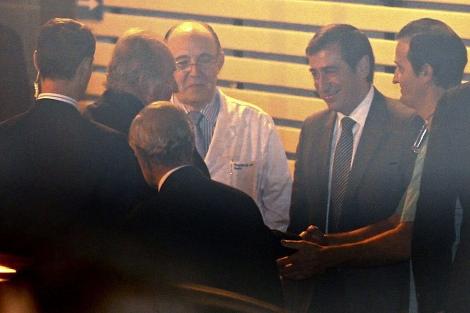 El Rey saluda a los médicos a su llegada al hospital.| Efe