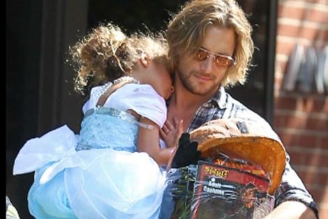El modelo Gabriel Aubry y la pequeña Nahla.   Foto: Gtres