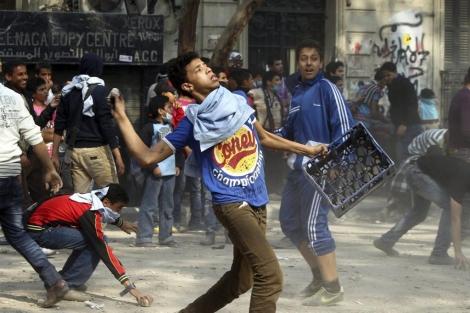 Enfrentamientos con la policía antidisturbios en la plaza Tahrir de El Cairo. | Efe