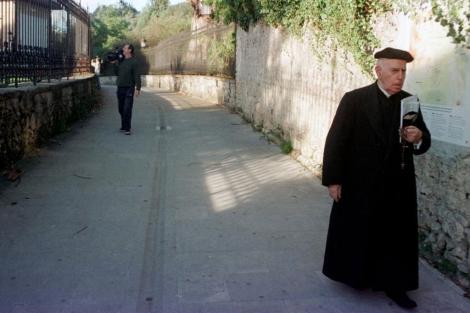 Un cura con sotana camina por una calle de Bilbao. | EL MUNDO