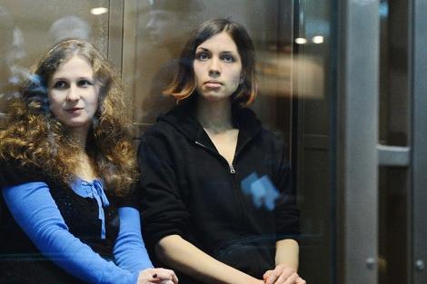 Maria Aliojina (izda.) junto a su compañera Nadia Tolokonikova, también presa. | Afp