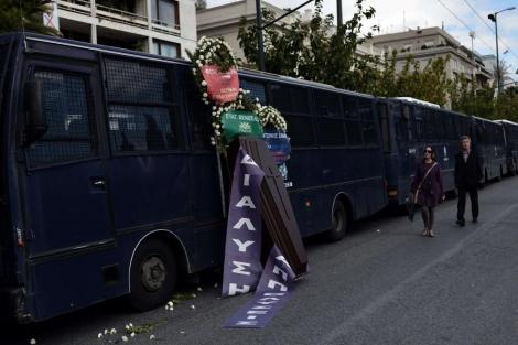 Un ataúd frente al Ministerio del Interior durante una manifestación en Atenas. | Afp