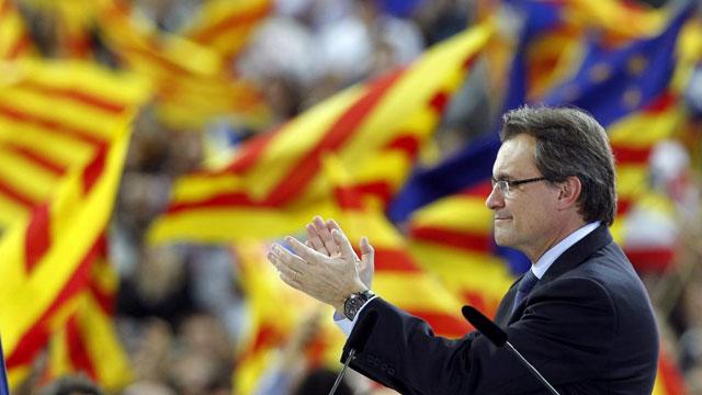 Mas aplaude durante su último mitin en Barcelona.   Reuters