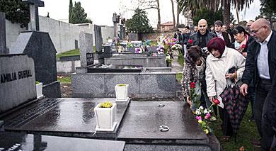 Pastor, Rubial y Gil, depositan flores en la tumba de Tomás Meabe.| Efe
