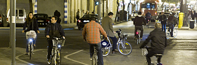 Cicilistas transitan por un carril bici del centro urbano. | V. Bosch