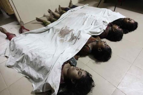 Los cadáveres de varias trabajadoras de la fábrica calcinada. | Reuters