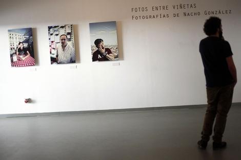 Un visitante observa una de las obras de la exposición 'Fotos entre viñetas'. | J. Morón