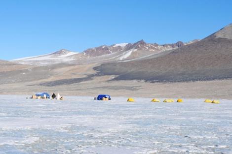 Campo de trabajo sobre el Lago Vida, en la Antártida. | A. Murray