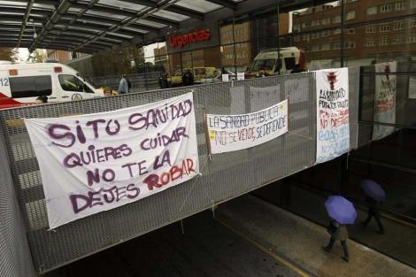 Pancartas en el Hospital Clínico San Carlos.  Efe. VEA MÁS IMÁGENES