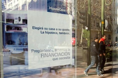 Anuncio de hipotecas en una sucursal bancaria. | Begoña RIvas