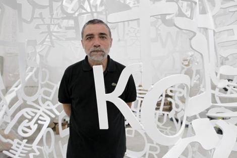 Jaume Plensa, en su taller, dentro de una de sus célebres esculturas.