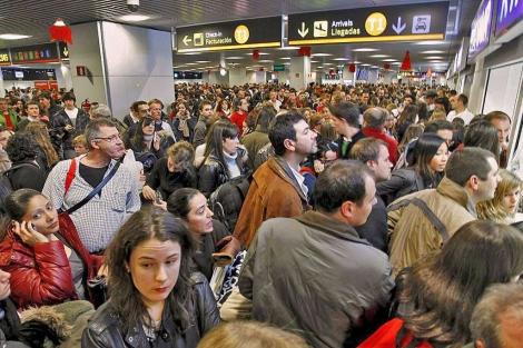Acumulación de pasajeros en Barajas por la huelga de controladores. | Sergio González