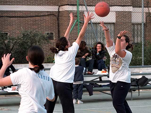 Un grupo de estudiantes jugando al baloncesto en el colegio Santa Catalina de Madrid en una foto de archivo. | Chema Tejeda.